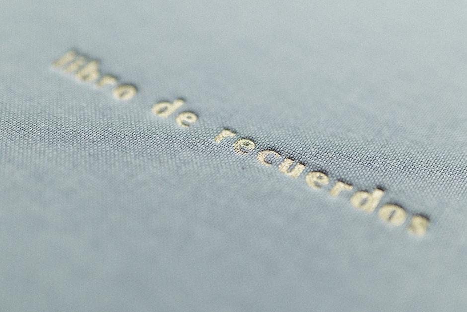 Hendido foil dorado sobre tapas de lino gris